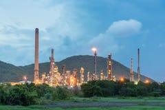 Διυλιστήριο πετρελαίου και βιομηχανία πετρελαίου τη νύχτα Στοκ εικόνα με δικαίωμα ελεύθερης χρήσης