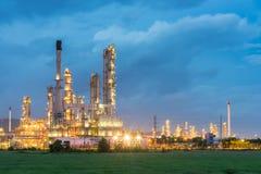Διυλιστήριο πετρελαίου και βιομηχανία πετρελαίου τη νύχτα Στοκ Φωτογραφία