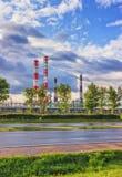 Διυλιστήριο πετρελαίου στην ηλιόλουστη ημέρα Στοκ εικόνα με δικαίωμα ελεύθερης χρήσης