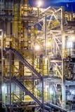 Διυλιστήριο πετρελαίου στο βράδυ Στοκ φωτογραφία με δικαίωμα ελεύθερης χρήσης