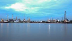 Διυλιστήριο πετρελαίου στο λυκόφως κατά μήκος του ποταμού Στοκ φωτογραφία με δικαίωμα ελεύθερης χρήσης