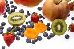 Διχοτομημένα βερίκοκο και ακτινίδιο στη μέση άλλων φρούτων Στοκ Εικόνες