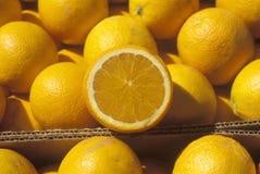 Διχοτομημένα πορτοκαλιά υπόλοιπα στα πορτοκάλια στα κιβώτια Στοκ φωτογραφίες με δικαίωμα ελεύθερης χρήσης