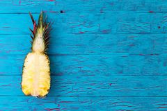 Διχοτομημένος ανανάς με την κορώνα φύλλων του στοκ φωτογραφίες