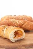 Διχοτομημένος γεμισμένος croissants σε έναν ξύλινο πίνακα στοκ εικόνες με δικαίωμα ελεύθερης χρήσης