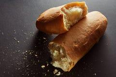 Διχοτομημένος ρόλος ψωμιού με crumbs στοκ φωτογραφία