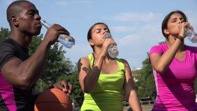 Διψασμένοι άνθρωποι που πίνουν τα μπουκάλια του νερού φιλμ μικρού μήκους