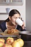Διψασμένος μάγειρας που αρπάζει μια γρήγορη κούπα του καφέ Στοκ Φωτογραφίες