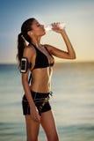 Διψασμένο θηλυκό μετά από να τρέξει στοκ φωτογραφία με δικαίωμα ελεύθερης χρήσης