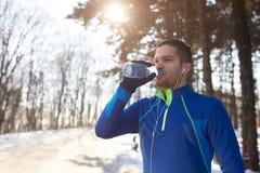 Διψασμένο πόσιμο νερό αθλητών στοκ φωτογραφία με δικαίωμα ελεύθερης χρήσης