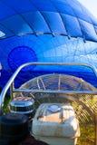 Διόγκωση ενός μπλε αερόστατου Στοκ εικόνες με δικαίωμα ελεύθερης χρήσης