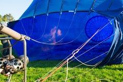 Διόγκωση ενός μπλε αερόστατου Στοκ Εικόνες