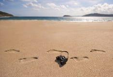 Διόπτρες και ίχνη σε μια παραλία. Στοκ Εικόνες