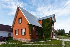 Διώροφο εξοχικό σπίτι των τούβλων Στοκ Φωτογραφίες
