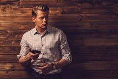 Δοκιμάζοντας κρασί ατόμων στο αγροτικό εσωτερικό εξοχικών σπιτιών Στοκ φωτογραφία με δικαίωμα ελεύθερης χρήσης