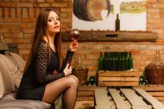 Δοκιμάζοντας κρασί γυναικών στο αγροτικό εσωτερικό εξοχικών σπιτιών Στοκ εικόνες με δικαίωμα ελεύθερης χρήσης
