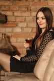 Δοκιμάζοντας κρασί γυναικών στο αγροτικό εσωτερικό εξοχικών σπιτιών Στοκ Φωτογραφίες