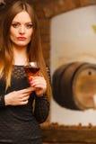 Δοκιμάζοντας κρασί γυναικών στο αγροτικό εσωτερικό εξοχικών σπιτιών Στοκ Εικόνες