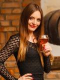 Δοκιμάζοντας κρασί γυναικών στο αγροτικό εσωτερικό εξοχικών σπιτιών Στοκ Φωτογραφία