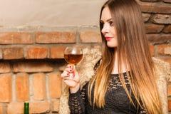 Δοκιμάζοντας κρασί γυναικών στο αγροτικό εσωτερικό εξοχικών σπιτιών Στοκ φωτογραφίες με δικαίωμα ελεύθερης χρήσης