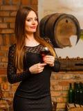 Δοκιμάζοντας κρασί γυναικών στο αγροτικό εσωτερικό εξοχικών σπιτιών Στοκ εικόνα με δικαίωμα ελεύθερης χρήσης
