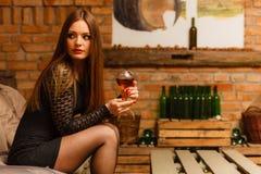 Δοκιμάζοντας κρασί γυναικών στο αγροτικό εσωτερικό εξοχικών σπιτιών Στοκ φωτογραφία με δικαίωμα ελεύθερης χρήσης