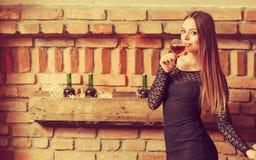 Δοκιμάζοντας κρασί γυναικών στο αγροτικό εσωτερικό εξοχικών σπιτιών Στοκ Εικόνα