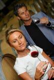 Δοκιμάζοντας κρασί ζεύγους σε ένα κελάρι Στοκ Φωτογραφίες