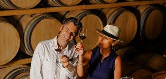 Δοκιμάζοντας κρασί ζεύγους σε ένα κελάρι Στοκ φωτογραφία με δικαίωμα ελεύθερης χρήσης