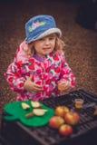 Δοκιμάζοντας ξινός χυμός μήλων Στοκ φωτογραφία με δικαίωμα ελεύθερης χρήσης