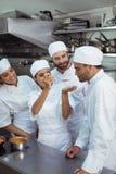 Δοκιμάζοντας τρόφιμα αρχιμαγείρων στο συνάδελφο στην κουζίνα Στοκ φωτογραφία με δικαίωμα ελεύθερης χρήσης