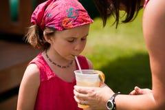 Δοκιμάζοντας φρέσκια λεμονάδα Στοκ φωτογραφίες με δικαίωμα ελεύθερης χρήσης