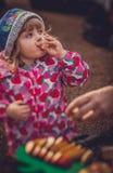 Δοκιμάζοντας χυμός μήλων Στοκ φωτογραφία με δικαίωμα ελεύθερης χρήσης