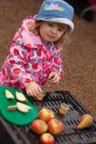 Δοκιμάζοντας χυμός μήλων Στοκ Φωτογραφίες