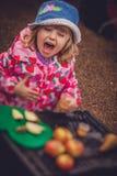 Δοκιμάζοντας χυμός μήλων Στοκ Εικόνες