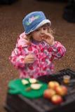 Δοκιμάζοντας χυμός μήλων Στοκ Φωτογραφία