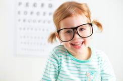 Δοκιμή οράματος έννοιας κορίτσι παιδιών με eyeglasses Στοκ φωτογραφία με δικαίωμα ελεύθερης χρήσης