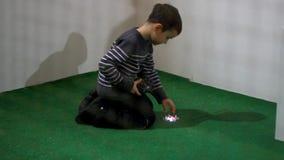 Δοκιμή παιχνιδιών κηφήνων Παιχνίδι κηφήνων ελέγχου αγοριών παιδιών Μικρό πέταγμα quadrocopter φιλμ μικρού μήκους