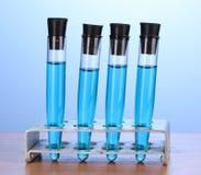 Δοκιμή-σωλήνες με το μπλε υγρό σε ξύλινο Στοκ φωτογραφίες με δικαίωμα ελεύθερης χρήσης