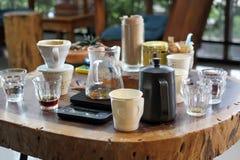 Δοκιμή της γεύσης του καφέ με το χέρι τον καφέ σταλαγματιάς σε έναν καφέ στοκ φωτογραφία