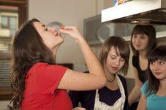 δοκιμή φίλων μαγειρέματο&sigm στοκ φωτογραφία με δικαίωμα ελεύθερης χρήσης