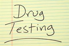 Δοκιμή φαρμάκων σε ένα κίτρινο νομικό μαξιλάρι Στοκ εικόνες με δικαίωμα ελεύθερης χρήσης