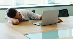 Δοκιμασμένος εκτελεστικός ύπνος στη αίθουσα συνδιαλέξεων φιλμ μικρού μήκους