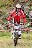 Δοκιμαστικός αναβάτης μοτοσικλετών που στέκεται στο ποδήλατο στοκ φωτογραφία με δικαίωμα ελεύθερης χρήσης