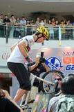 Δοκιμαστικός ποδηλάτης στη λεωφόρο αγορών Στοκ Εικόνα
