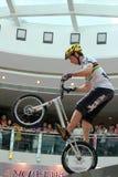 Δοκιμαστικός ποδηλάτης στη λεωφόρο αγορών Στοκ Φωτογραφία