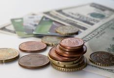 Δολάρια μετρητών και νομίσματα, κινηματογράφηση σε πρώτο πλάνο των χρημάτων στοκ φωτογραφίες