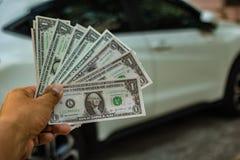 Δολάρια μιας χεριών εκμετάλλευσης στο αυτοκίνητο Στοκ φωτογραφίες με δικαίωμα ελεύθερης χρήσης