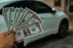 Δολάρια μιας χεριών εκμετάλλευσης στο αυτοκίνητο Στοκ Εικόνα