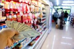 Δολάρια μιας χεριών εκμετάλλευσης στο κατάστημα Στοκ εικόνα με δικαίωμα ελεύθερης χρήσης